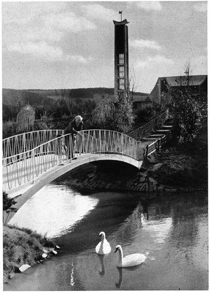 Schwanenbrücke und Glockenturm der katholischen Kirche St. Maria Immaculata im Hintergrund