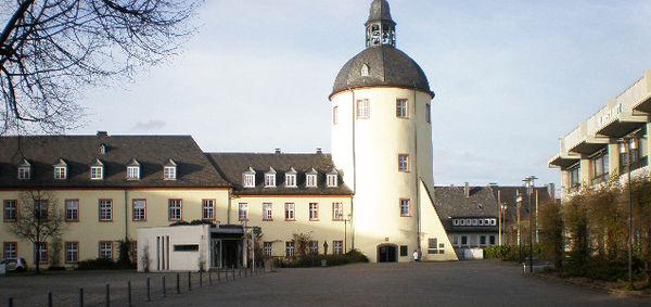 Im Bild zu sehen sind das Untere Schloss mit Dickem Turm und Teile des Kurländer Flügels. Rechts im Bild die rückwärtige Fassade des (noch) Karstadt Gebäudes