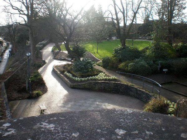 Blick vom Kleinen Krebs (alter Wehrturm)in den Schlosspark. Zu sehen ist weiterhin ein Teil der alten Wehrmauer. Im Hintergrund ist der Hexenturm zu erkennen.