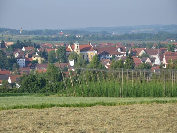 Blick auf Siegenburg im Hopfenland Hallertau