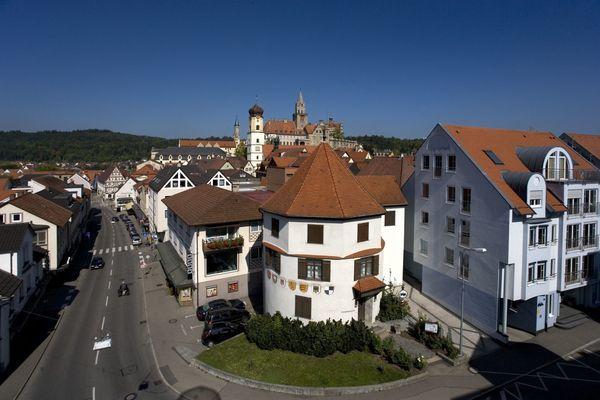 Der Runde Turm mit Stadtpfarrkirche St. Johann und Schloss im Hintergrund.