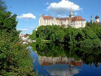 Blick vom Bootshaus an der Donau auf Schloss Sigmaringen