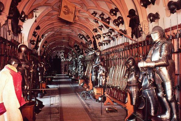 Waffenhalle im Schloss Sigmaringen - eine der größten privaten Waffenkollektionen Europas