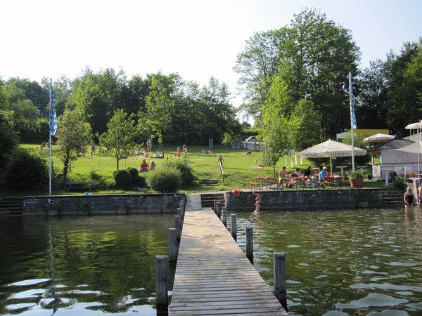 Badeplatz Krottenmühl am Simssee mit Badesteg.