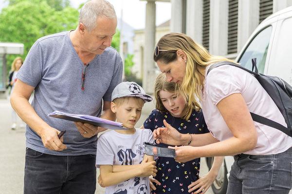 Christian Küng, Finanzcoach der BEKB, mit seiner Familie beim Rätseln lösen