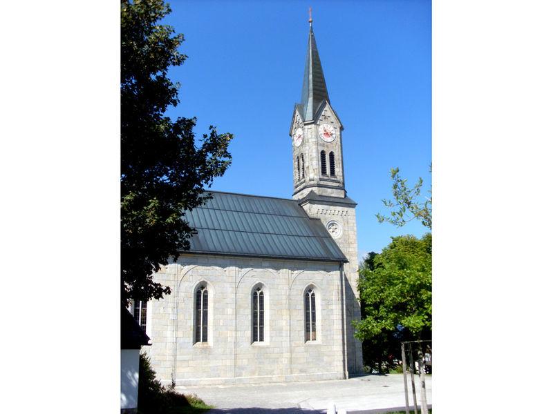 Blick auf die Pfarrkirche MARIA HIMMELFAHRT in Sonnen im Dreiländereck Bayerischer Wald