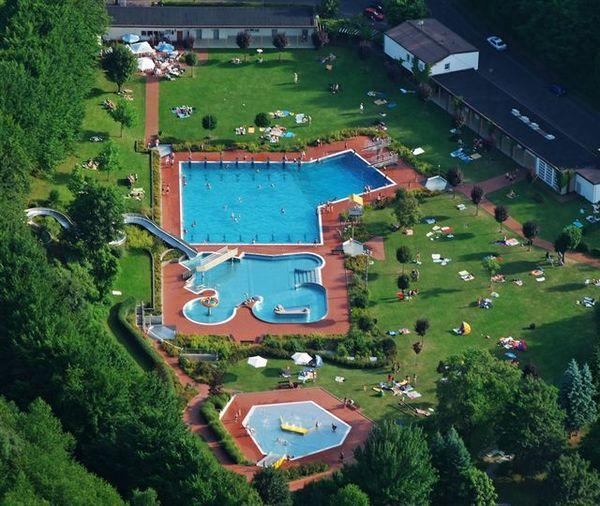 Luftbild auf das Freizeit- und Erlebnisbad in Sontra im Geo-Naturpark Frau-Holle-Land