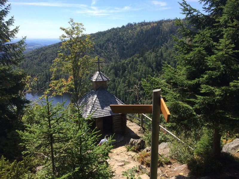 Blick auf die Rachelkapelle und den mystischen Rachelsee