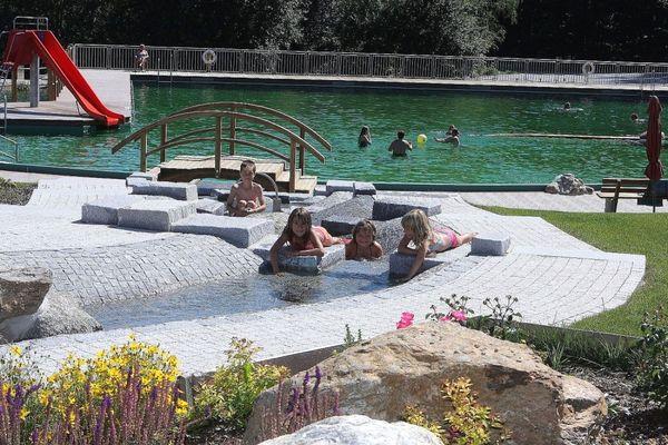 Natürliches Quellwasser aus dem Rachelgebiet speist das Naturbad in Spiegelau