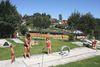 Spaß beim Minigolf im Naturbad in Spiegelau