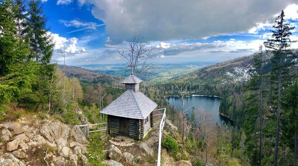 Die Rachelkapelle thront hoch über dem Rachelsee