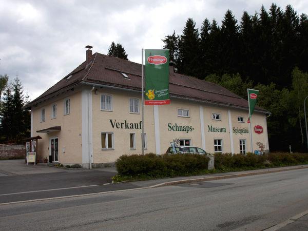 Blick auf das Schnaps-Museum im Glasmacherort Spiegelau am Nationalpark Bayerischer Wald