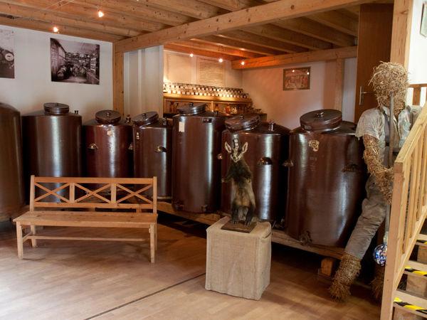Reifefässer und Lagerbehälter im Schnaps-Museum Spiegelau am Nationalpark Bayerischer Wald