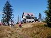 Wanderer beim Rachelschutzhaus am Fuße des Großen Rachel im Nationalpark Bayerischer Wald