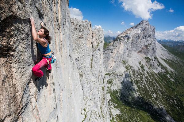 Nina Caprez im der Route Silbergeier (8b+) an der 4. Kilchlispitze