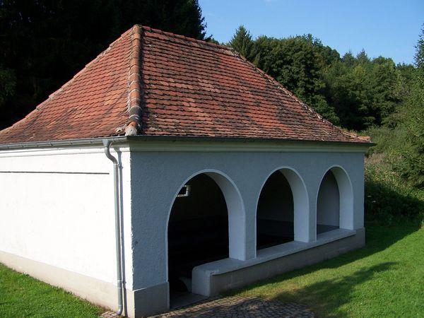 Außenansicht historisches Waschhaus Oberwürzbach