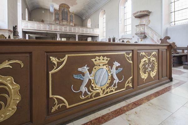 Erste Bankreihe in der Engelbertskirche mit Wappen des Herrscherhauses von der Leyen