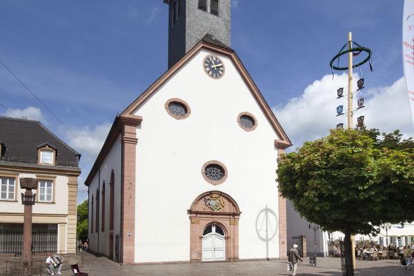 Barocke Engelbertskirche mit Zunftbaum in der Fußgängerzone von St. Ingbert