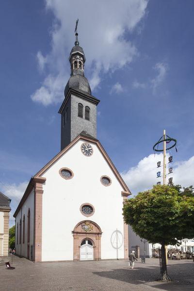 Barocke Engelbertskirche in der Fußgängerzone von St. Ingbert