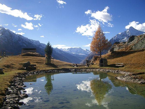 Idyllischer Bergsee Jungen Alp im Herbst