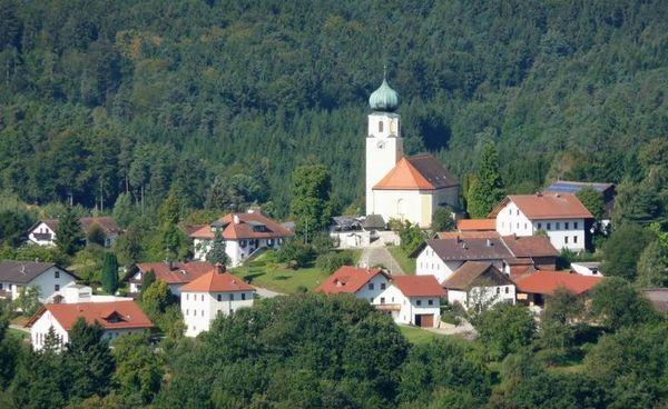 Wo sich die Quellbäche der Kinsach vereinigen, auf halbem Weg zwischen Straubing und Cham, an der uralten straße von der Donau nach Böhmen, dem Baierweg, liegt Stallwang.