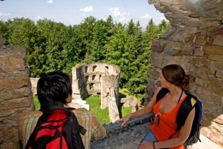 Wanderer auf der Burgruine Kürnberg bei Stamsried