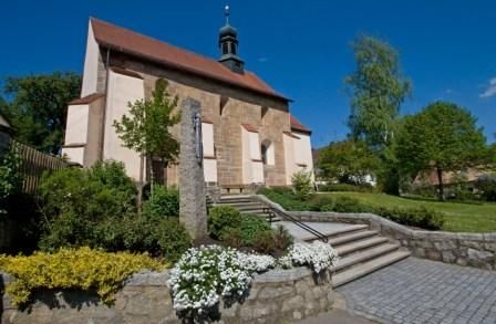 Blick auf die Filialkirche in Friedersried bei Stamsried