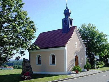 Blick auf die Dorfkapelle in Hitzelsberg bei Stamsried