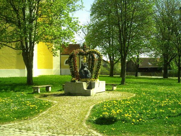 Geschmückter Dorfbrunnen an Ostern bei der Pfarrkirche ST. ANDREAS in Pemfling