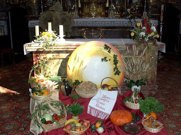 Gaben am Altar in der Pfarrkirche ST. ANDREAS beim Erntedankfest in Pemfling