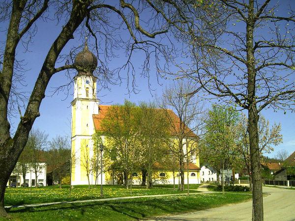 Blick auf die Pfarrkirche ST. ANDREAS in Pemfling im Naturpark Oberer Bayerischer Wald