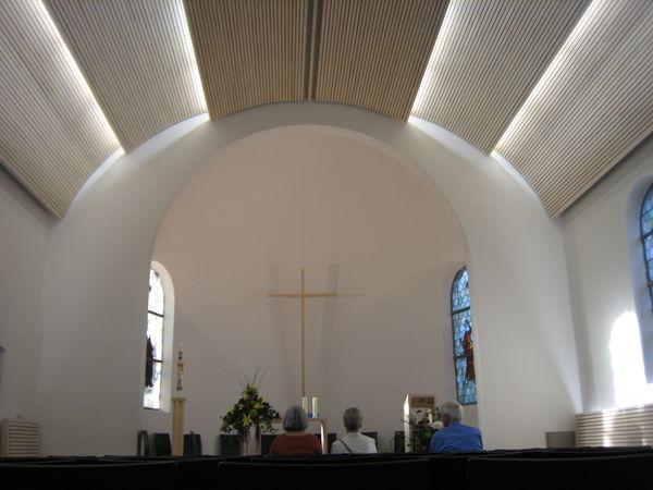Altarbereich der Friedenskirche