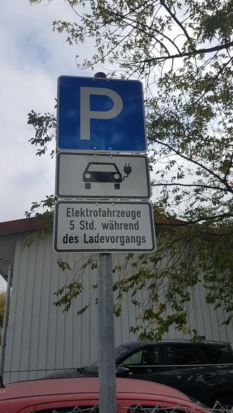 Freies Parken für die Zeit während des Ladevorgangs
