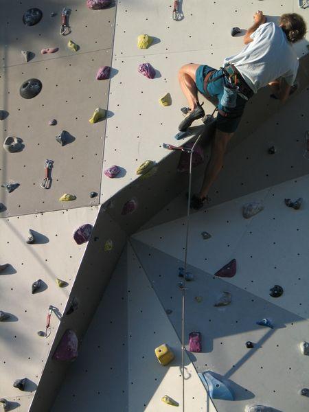 Kletterer am Überhang.