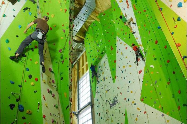 Kletterer an der Kletterwand in der Kletterhalle Rosenheim.