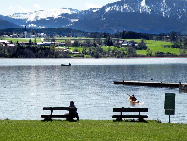 Badeplatz mit bergblick am Simssee.