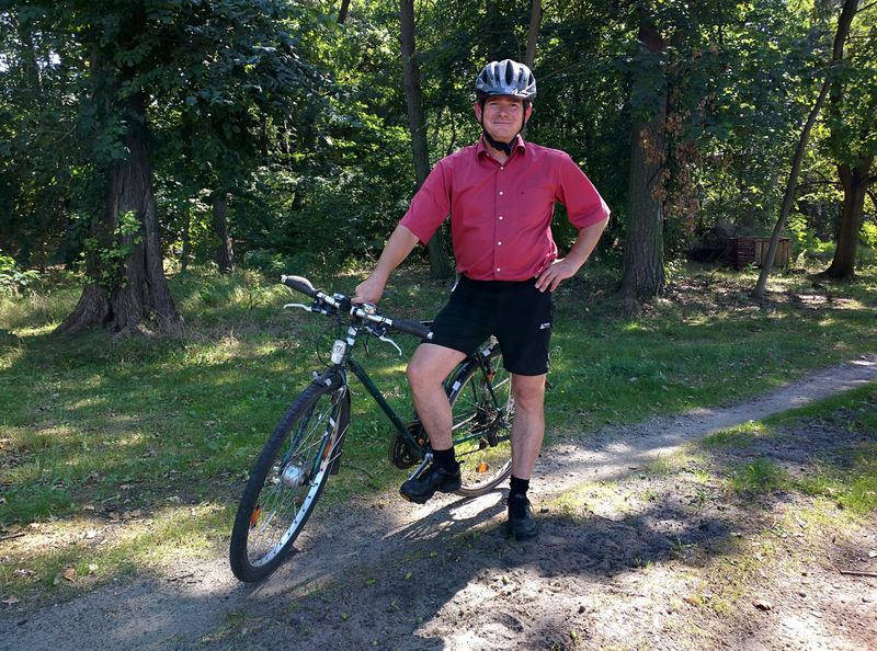 Der grüne Lutz mit Fahrrad und Helm, Foto: Steffen Lelewel