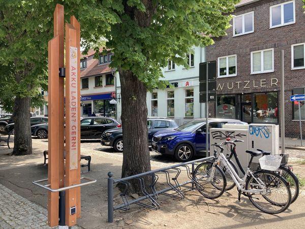 Ladesäule auf dem Marktplatz Storkow, Foto: Laura Beister, Lizenz: Seenland Oder-Spree