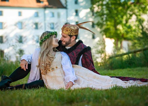 Das Herzogspaar vor dem Herzogsschloss bei den Agnes-Bernauer-Festspielen in Straubing