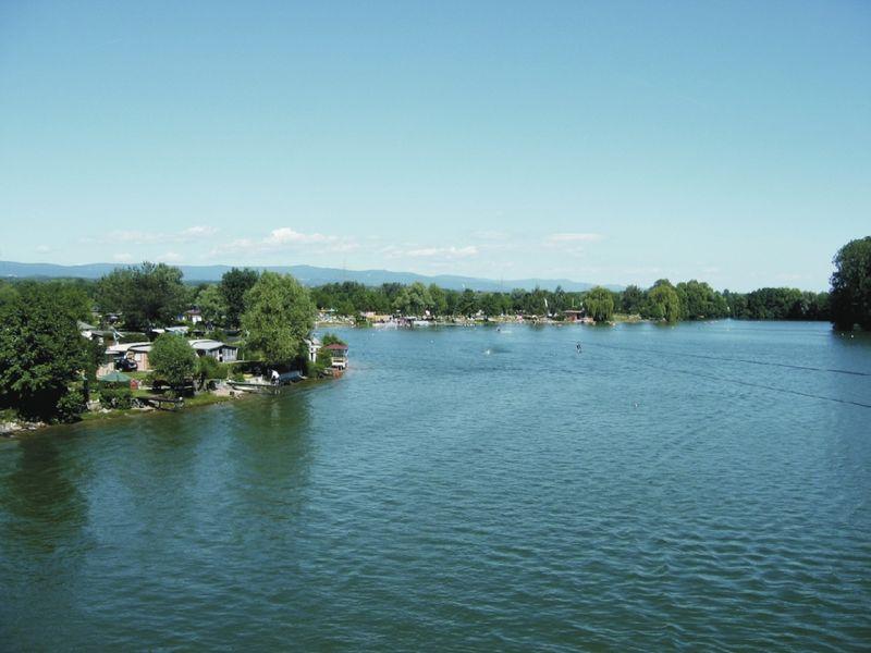 Blick auf den Friedenhain-See bei Parkstetten nahe der Stadt Straubing