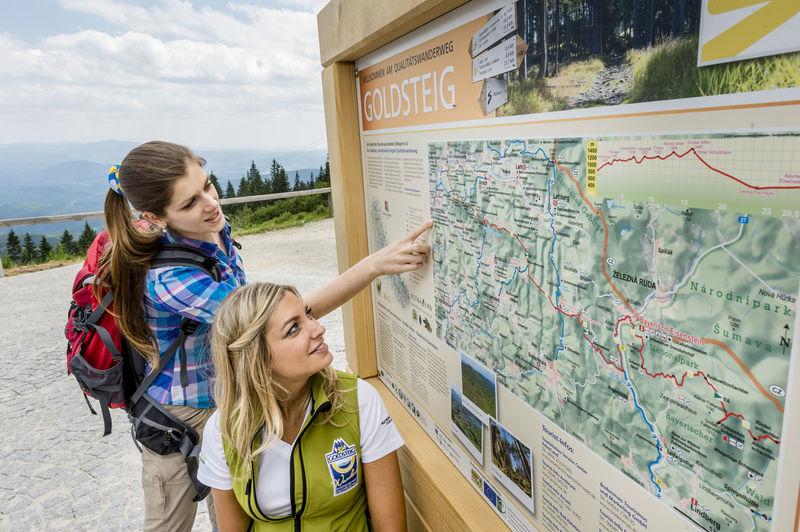 Mit den Goldsteig-Infotafeln sind Wanderer immer gut informiert