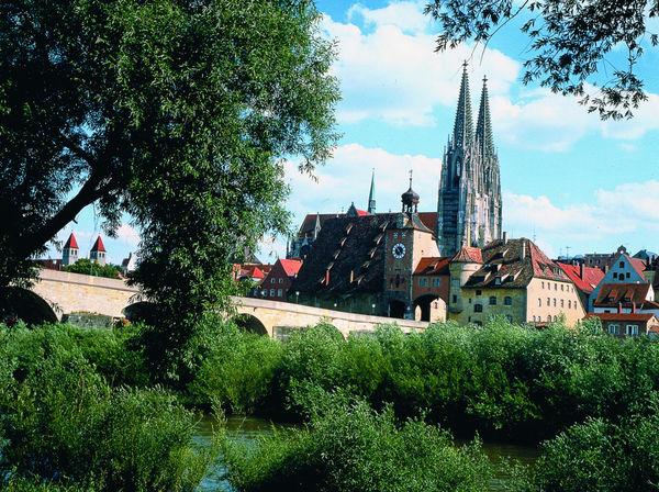Blick über die Steinerne Brücke in Regensburg zum Dom