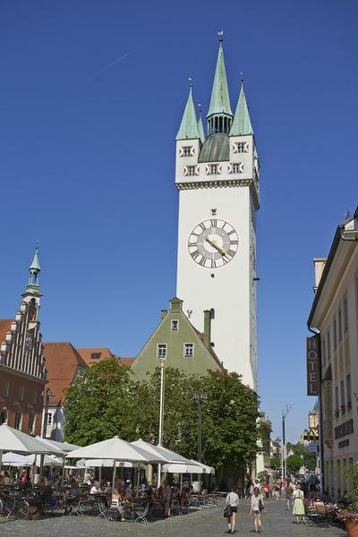 Stadtturm Straubing mit Gastronomie am Theresienplatz