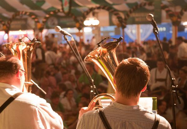 Musikalische Untermalung im Volksfestzelt