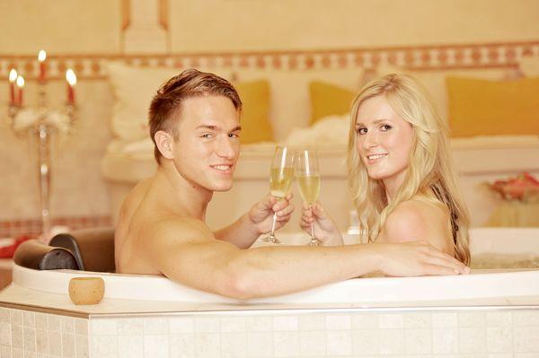 Pärchen mit Sektglas im Bad der Sinne - The Lakeside Burghotel zu Strausberg - Prinzmediaconcept