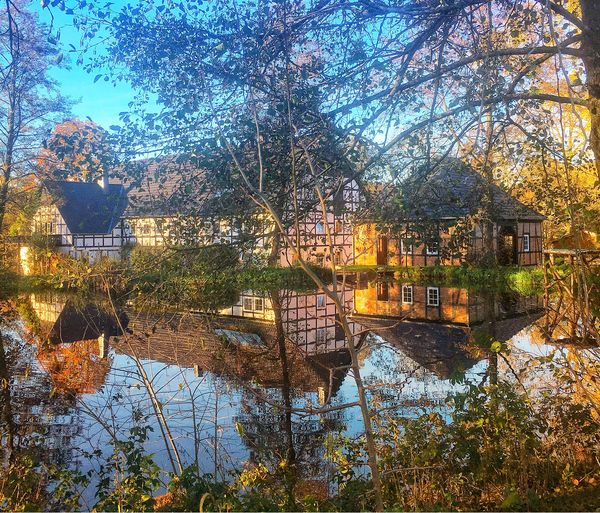 Die Mühle spiegelt sich im Mühlenteich