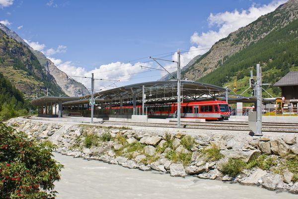 Bahnhof Täsch: Zug-Shuttles bringen Gäste, die ihr Auto in Täsch parkiert haben, bequem in 12 Minuten nach Zermatt.