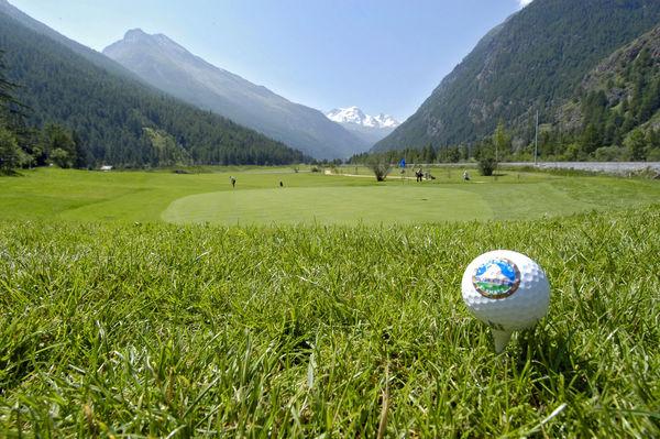 Wer auf dem Green in Täsch bei Zermatt spielt, sieht bis zum 4'164 m hohen Breithorn bei Zermatt.