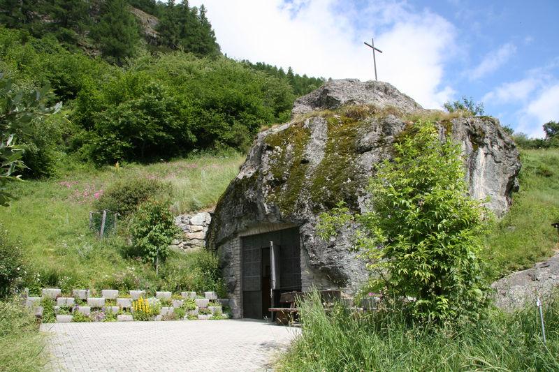 Wanderweg Zermatt-Täsch: Zum Glück weist ein Schild auf die in einen Felsbrocken gehauene Kapelle hin. Man kann sie sonst leicht übersehen.