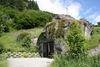 Chemin de randonnée Zermatt-Täsch: par chance, un panneau d'indication attire l'attention sur la chapelle nichée dans le rocher. En effet, il est facile de la manquer.